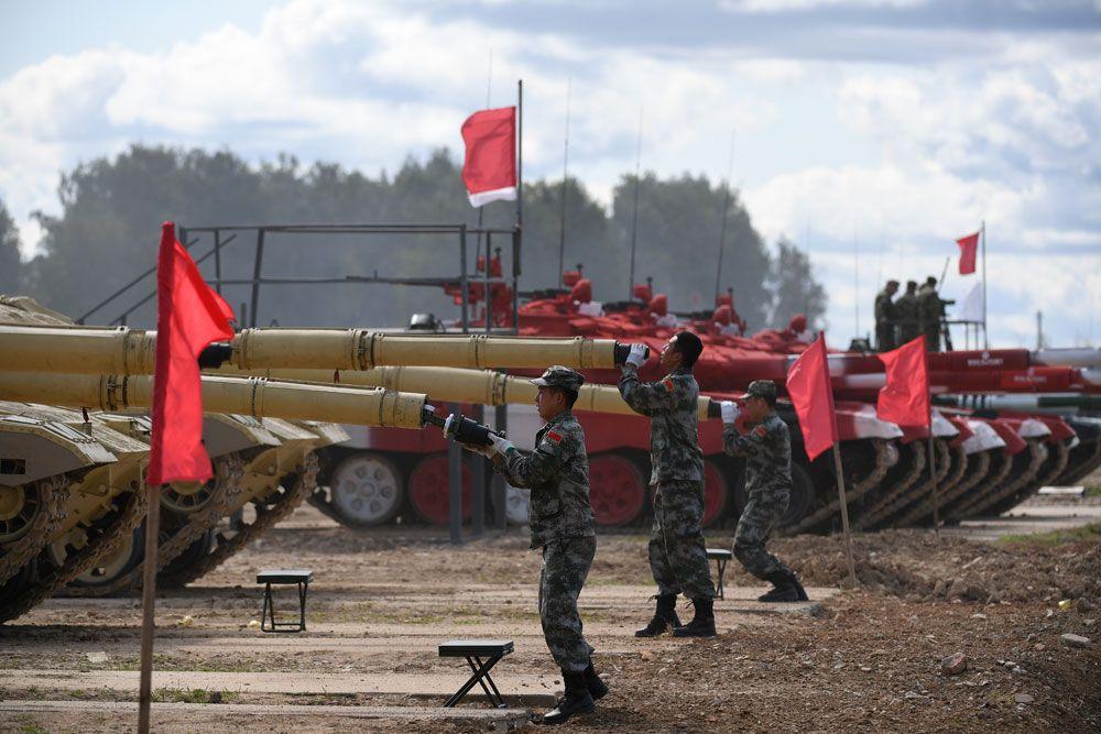 Военнослужащие команды армии Китая во время пристрелки по мишеням.