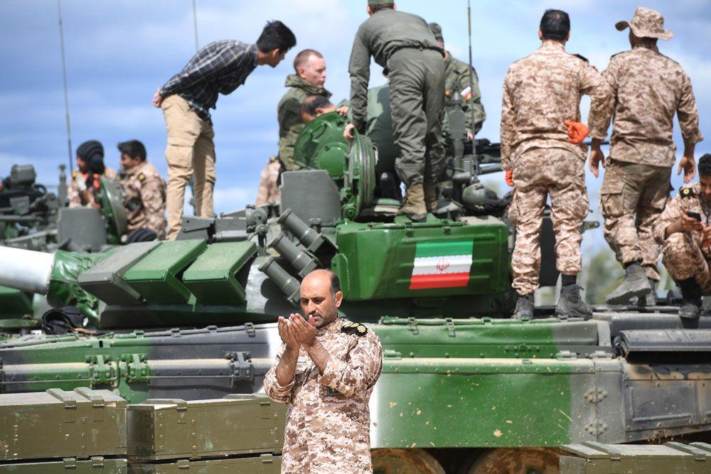 Военнослужащий утанка Т-72Б3 команды армии Ирана вовремя подготовки кмеждународным соревнованиям «Танковый биатлон-2019» наподмосковном полигоне «Алабино».