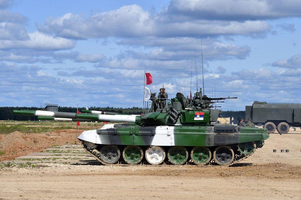 Танки Т-72Б3 команды армии Сербии во время пристрелки по мишеням.