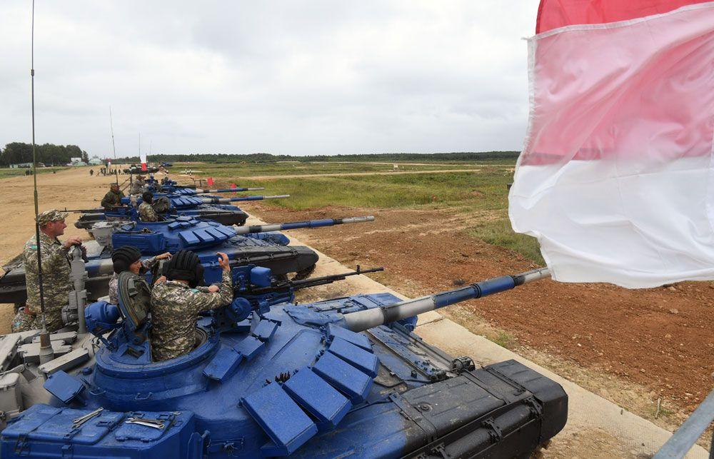 Танки Т-72Б3 команды армии Казахстана во время пристрелки по мишеням.