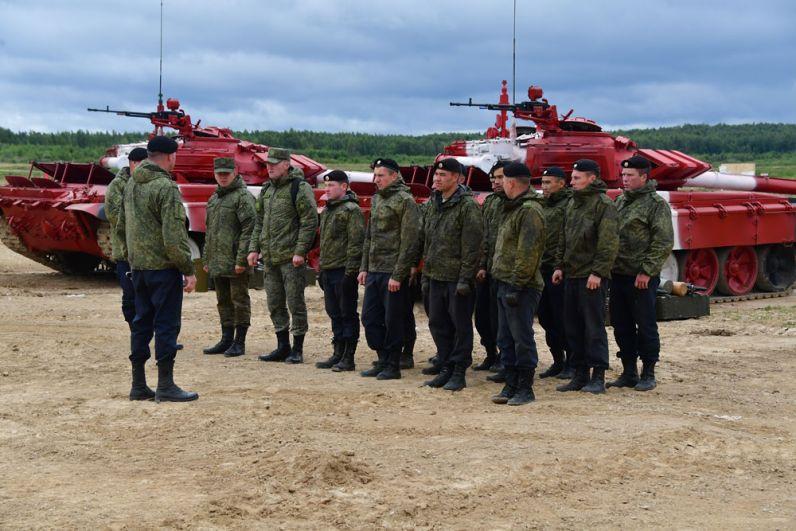 Военнослужащие команды армии России вовремя подготовки перед началом международных соревнований «Танковый биатлон-2019» наподмосковном полигоне «Алабино».