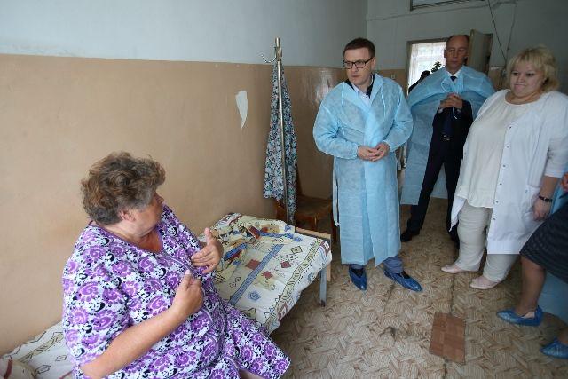 В Верхнем Уфалее Алексей Текслер посетил местную больницу ипообщался с врачами и пациентами.