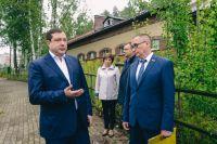 Алексей Островский (слева) и Андрей Борисов (справа) обсуждают судьбу детского эколого-биологического центра.