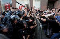 Участники беспорядков в Москве.