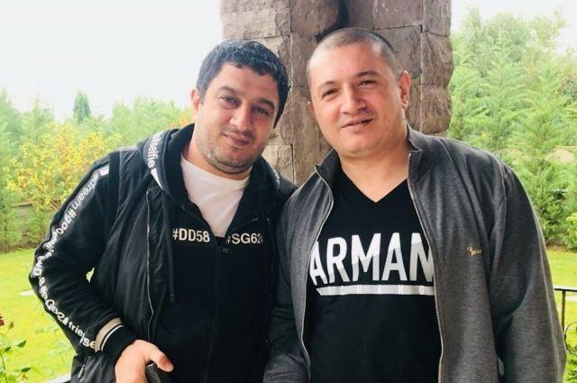 Надир Салифов, вор в законе Лоту Гули позирует с братом после освобождения из гобустанской тюрьмы. Октябрь, 2017 год, Турция.
