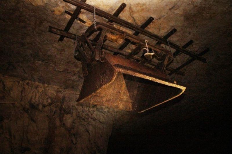 Самарские спелеологи прикрепили вагонетку к потолку.
