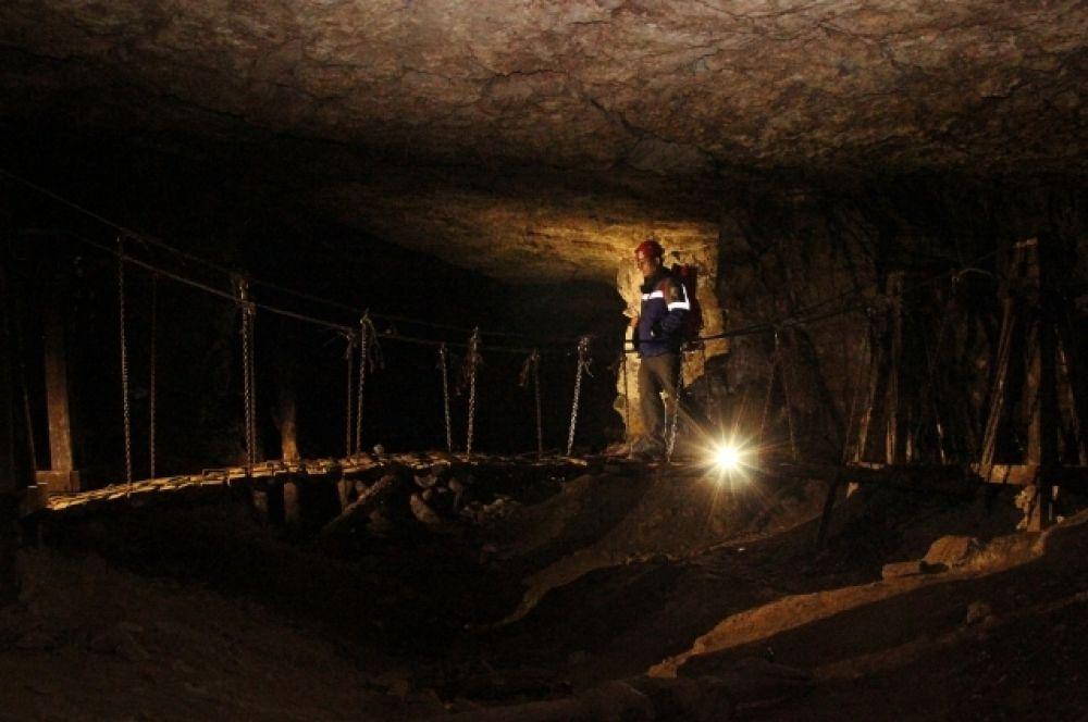 В подземелье сконструирован подвисной мост.