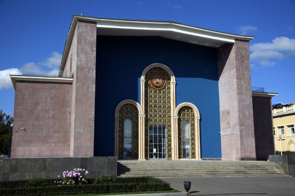 Павильон №13 «Здравоохранение» (до 1963 года «Армянская ССР»). В настоящее время в павильоне размещены фонды Государственного музея Востока и постоянная экспозиция «Сохраняя культуру. Музей Рерихов на ВДНХ».