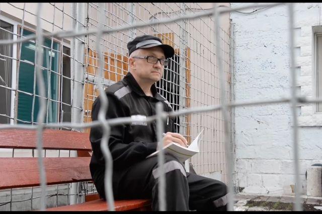 Один из роликов снят на стихи бывшего киллера Алексея Савосина, отбывающего срок в ИК-54.