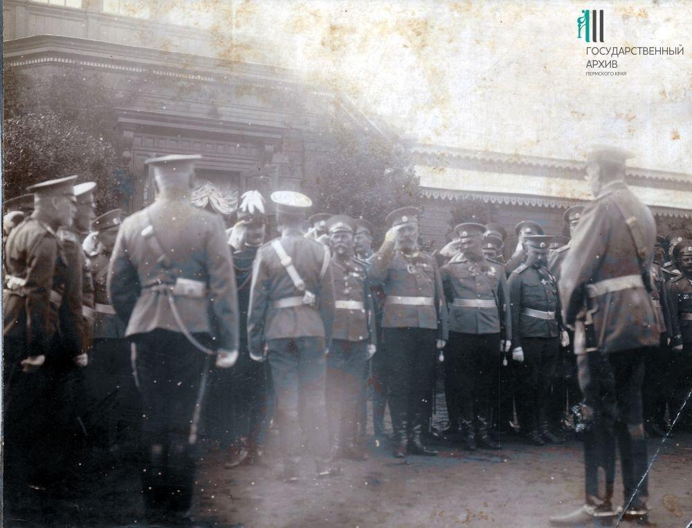 Офицеры русской армии приветствуют императора Николая II. 1914-1916 годы.