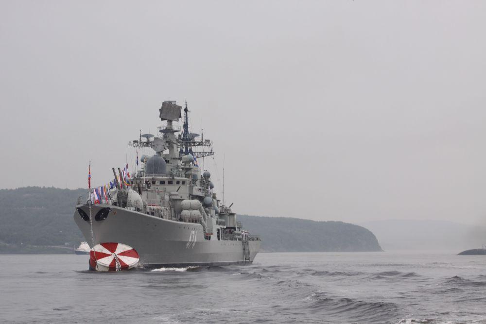 На рейде Североморска, принимая на себя удары ледяного ветра, стояли 12 надводных кораблей, в числе которых эскадренный миноносец «Адмирал Ушаков».