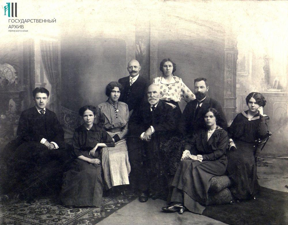 Персонал лазарета при Пермской казенной палате. В центре – доктор медицины Павел Серебренников.