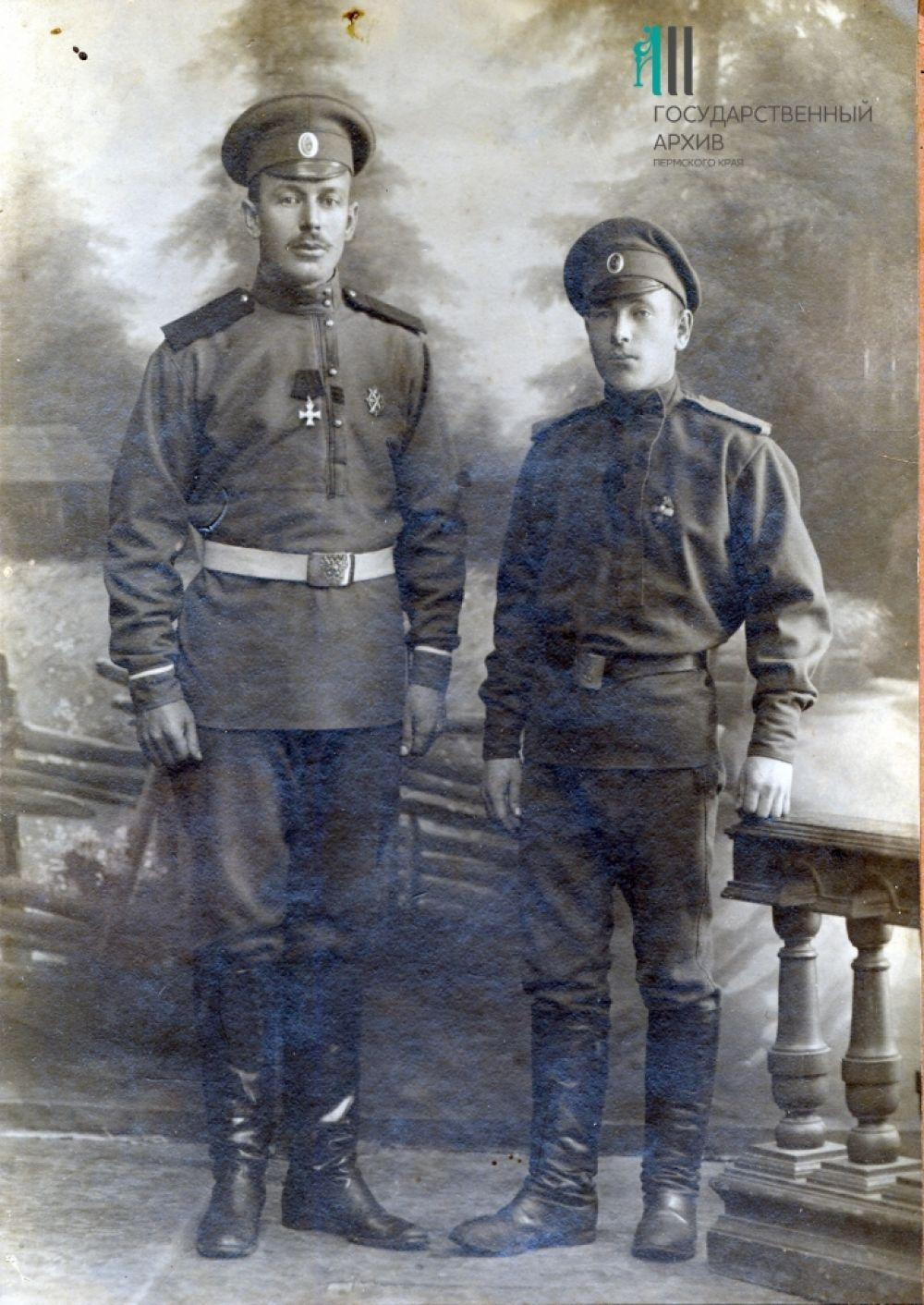 Будущий известный революционер и участник Гражданской войны на Урале Степан Окулов (справа) с однополчанином. На фронтах Первой мировой войны он был ранен, награждён Георгиевским крестом.