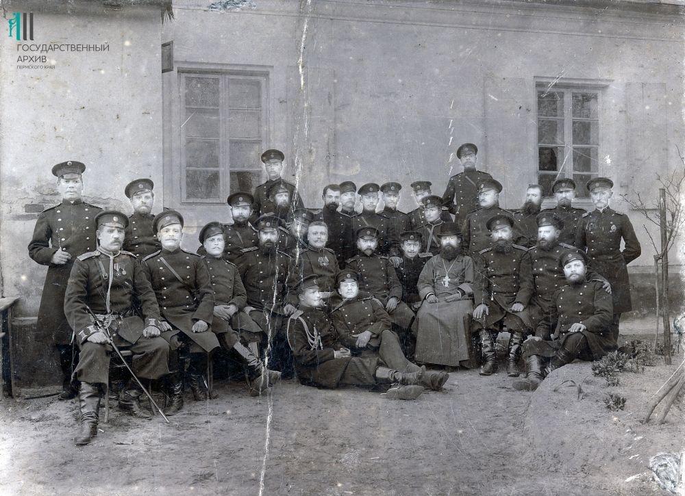 Офицеры со священнослужителем. 1914-1916 годы.