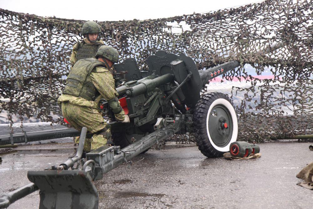 Зрители были удивлены тем, что на Приморской площади за «коробками» военнослужащих не прошла боевая техника, как это было в прошлом году.