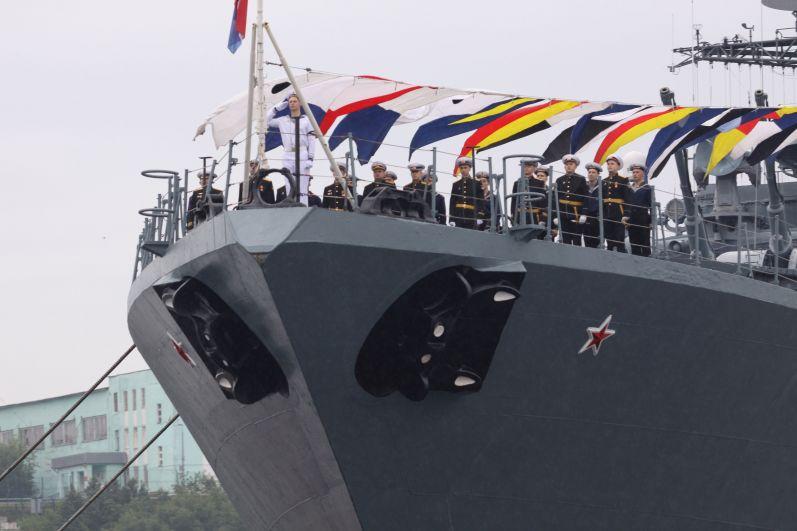 На рейде Североморска стояли 12 надводных кораблей и три подводные лодки.