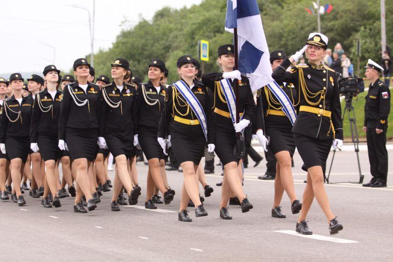 Торжественным маршем по площади прошла женская рота.