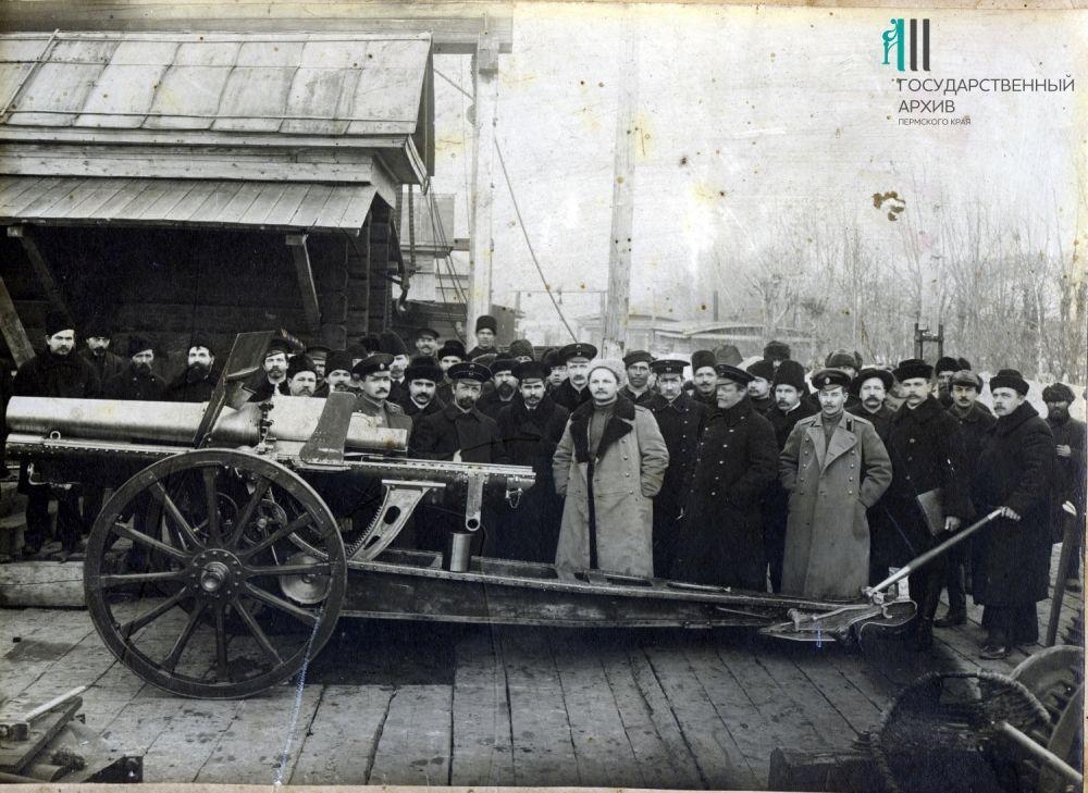 Рабочие и служащие Пермских пушечных заводов у первого изготовленного предприятием образца у 6-дюймовой полевой гаубицы системы Шнейдера.