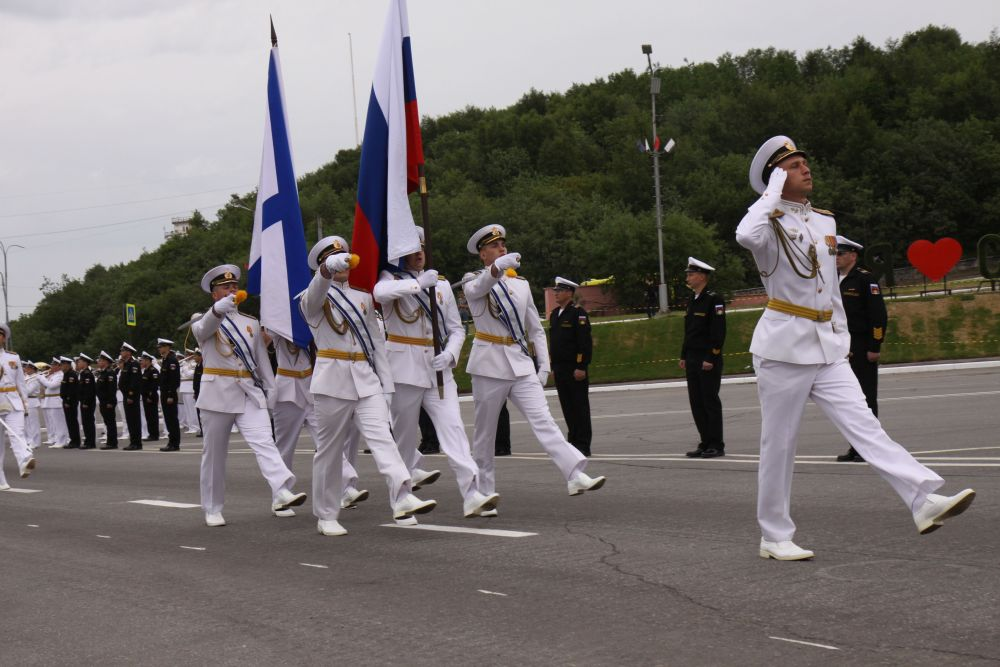 Торжественным маршем по площади прошла рота почётного караула.