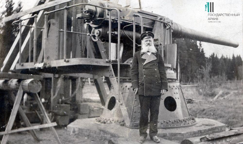 Горный начальник Пермских пушечных заводов Сергей Строльман у 6-дюймового крепостного орудия.
