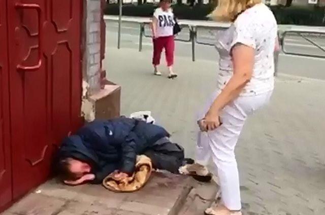 Женщина выгоняла бездомного пинками.