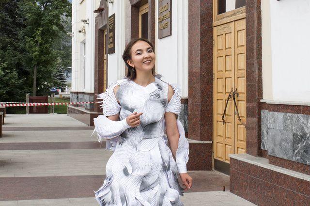 Айзиля Мулюкова в платье из макулатуры.