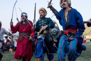 Участники военно-исторических клубов бьют турков в ходе исторической реконструкции осадного сидения.