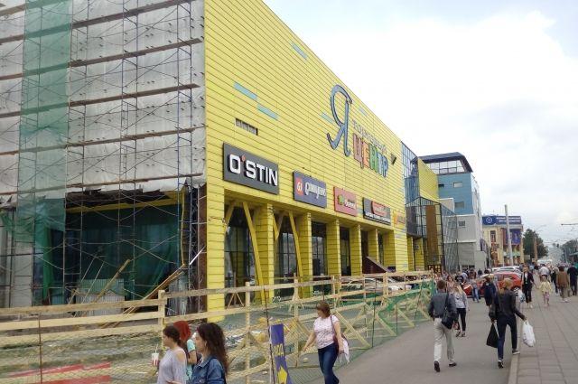 Приставы опечатали торговый центр 19 июля.