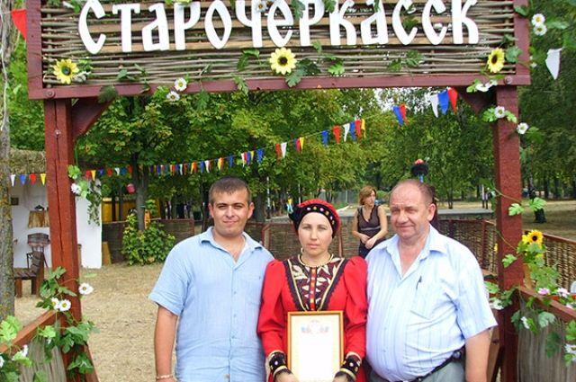 Туристы на одном из фольклорных праздников в Старочеркасской.