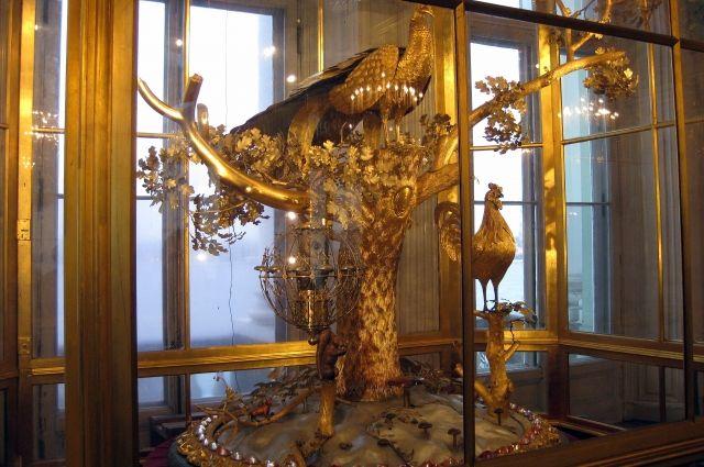 В наши дни часы выставлены в Павильонном зале - одном из самых красивых дворцовых интерьеров Европы.