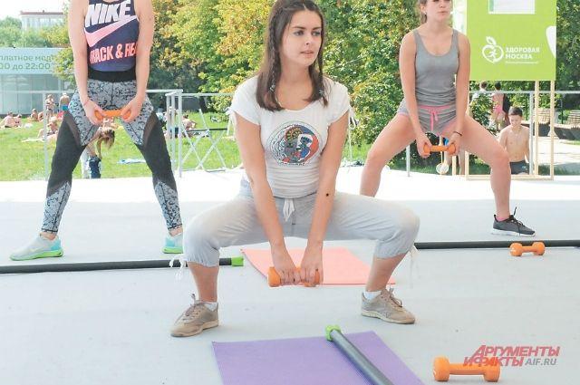 На просторной веранде здоровья места для тренировок хватает всем желающим.