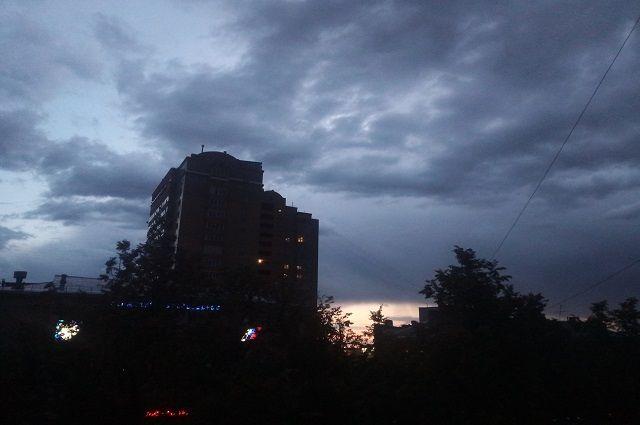 Ожидается облачная погода с зарядами ливневых и грозовых дождей.