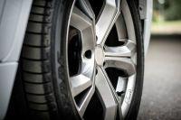 Есть информация, что во время движения у машины лопнула шина одного из задних колес.