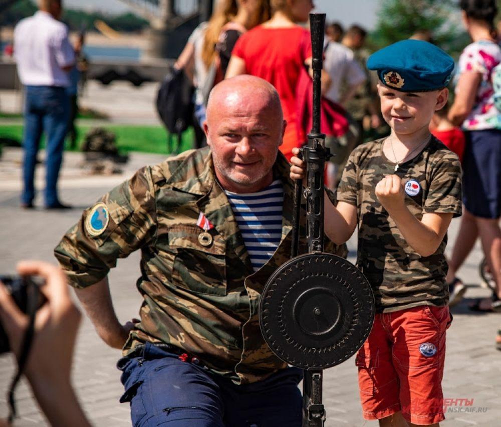 Маленькие дети с удовольствием фотографировались на память с десантниками в форме и с оружием. Многие мальчишки честно признались, что, когда они вырастут и пойдут в армию, то хотят служить только в ВДВ!