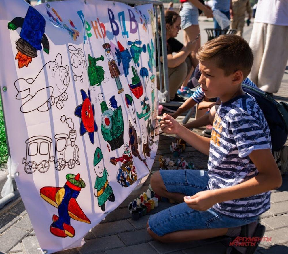 Для гостей и героев праздника были подготовлены различные развлечение, например, самые юные из них могли разукрасить тематическую картинку.