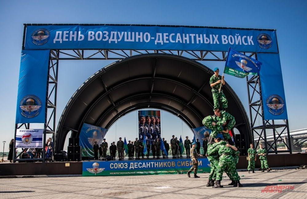 В программе праздника были показательные выступления воинов-десантников. Бравые ребята показали все, что должен уметь боец, чтобы носить гордое звание десантника.