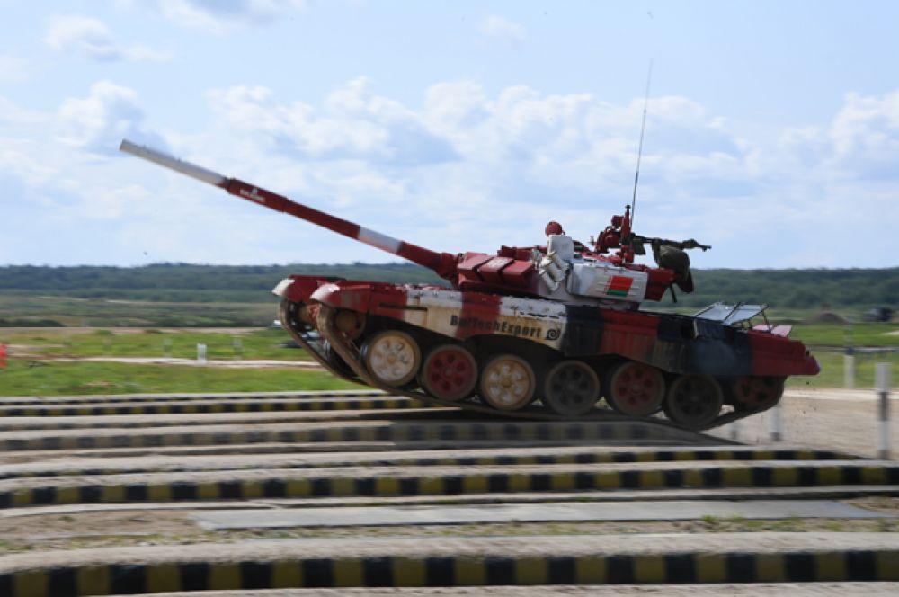 Танк Т-72Б3 команды армии Белоруссии преодолевает преграду.