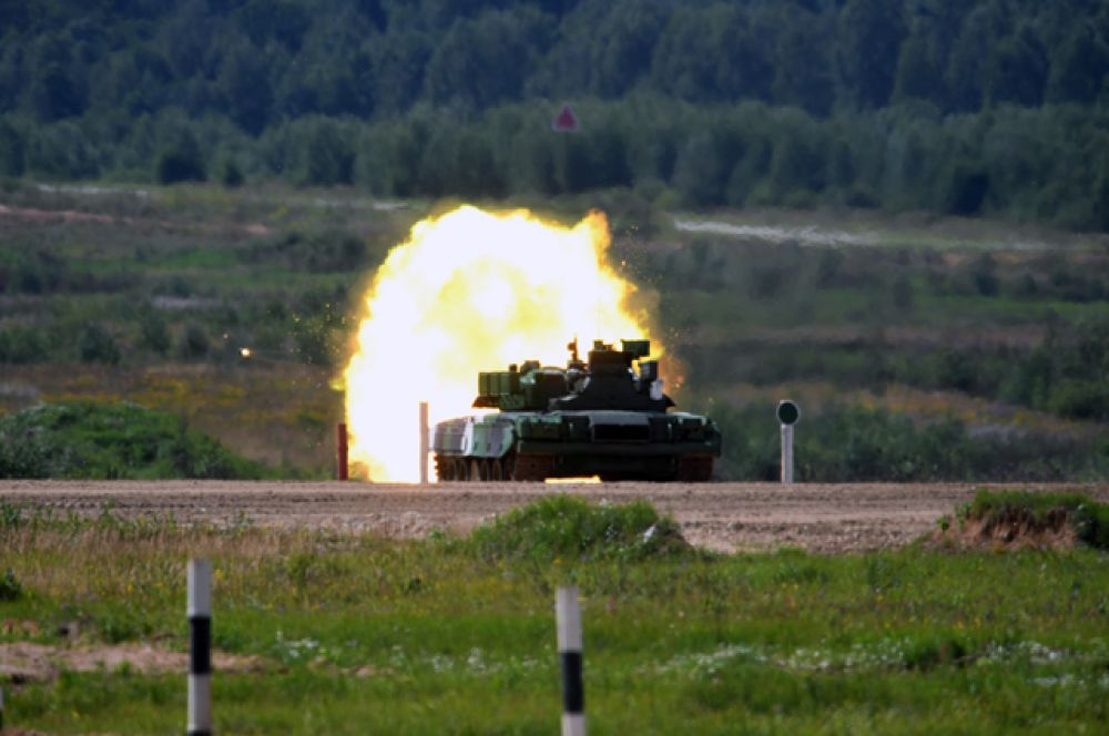 Танк Т-80 команды армии России вовремя стрельбы в«Индивидуальной гонке» женских экипажей.