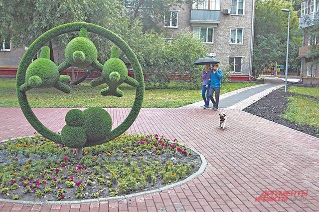 Зелёные скульптуры стали украшением района.