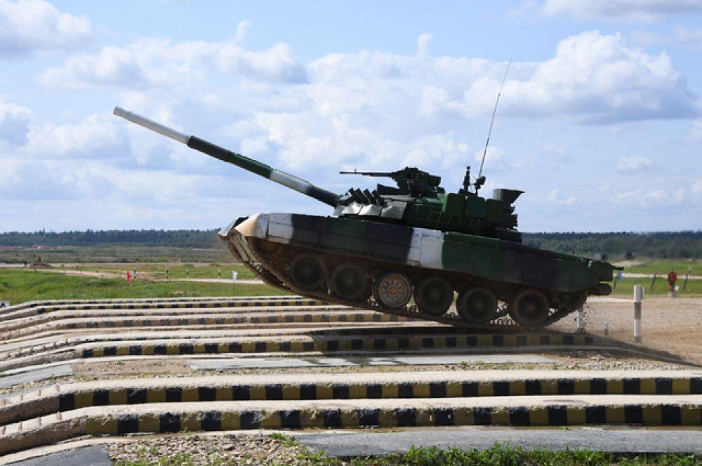Танк Т-80 команды армии России преодолевает преграду в«Индивидуальной гонке».