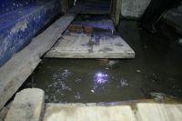 Шесть лет назад рядом проложили новую теплотрассу, при этом старую не убрали. А она идёт прямиком к подъезду. Если где-то происходит порыв, то вся вода течёт в дом.