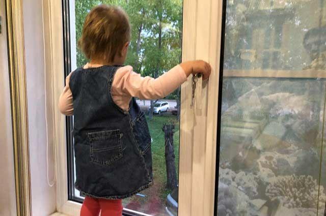 Соседи увидели в окне третьего этажа ребенка, который плакал и опасно подходил к краю окна.
