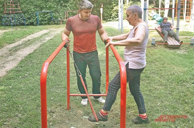 Тренер Христофор Апин всегда рядом и поможет каждому участнику тренировки.