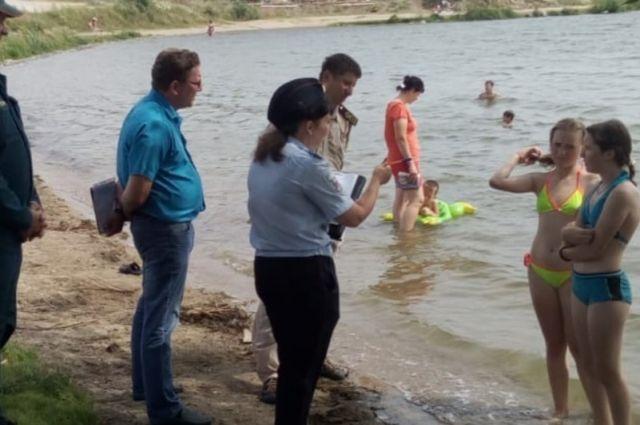 В жаркую погоду, которая не так часто балует сибиряков, жители мегаполиса предпочитают отдыхать на берегу водоёмов.