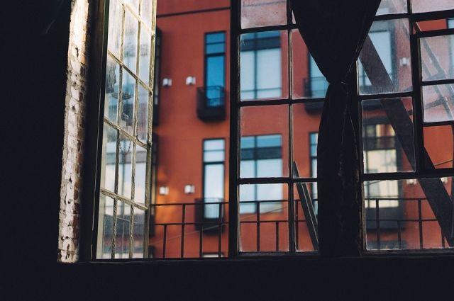 Мальчик находился один на балконе и кричал.