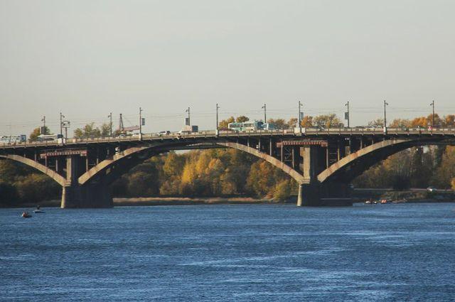 Глазковский мост- старейший в Иркутске, соединяющий берега Ангары.