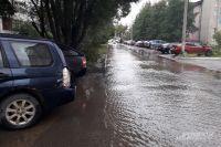 Улица Комиссара Пожарского затоплена водой.