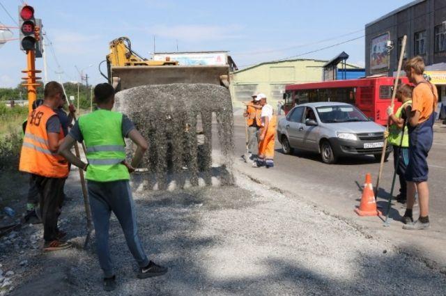 Работы идут на перекрестке улиц Камышинская и 2-я Камышинская.