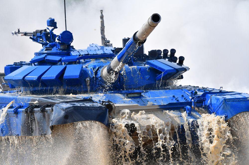 Танк Т-72Б3 команды армии Кувейта преодолевает водную преграду на первом этапе индивидуальной гонки «Танкового биатлона».