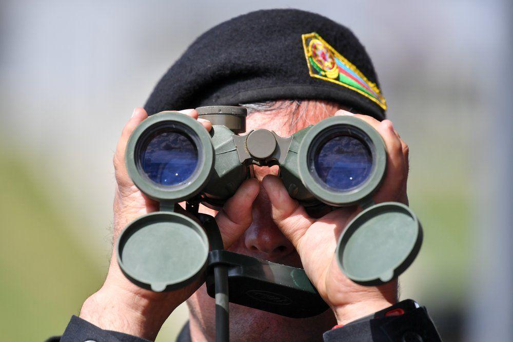Военный наблюдает за ходом соревнований.